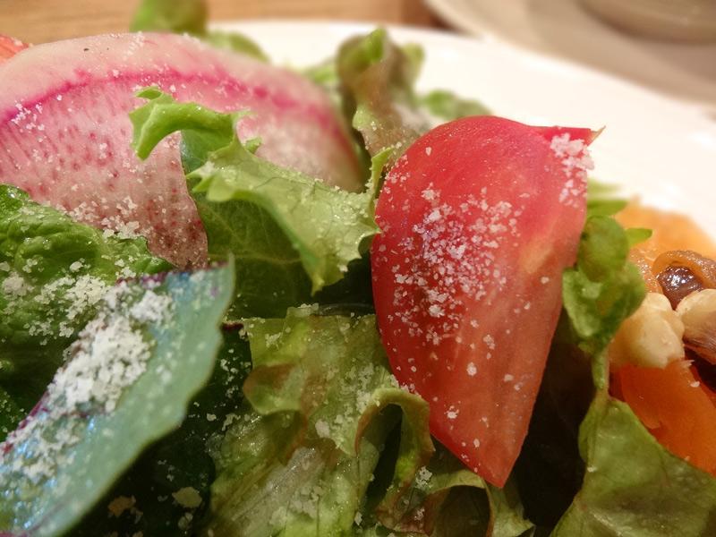 つけあわせのフルーツトマト入りサラダ。にんじんサラダは甘くてスパイシー。