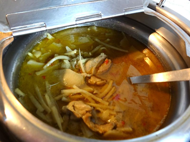 グリーンカレー。トムヤムスープや麺類もあります。