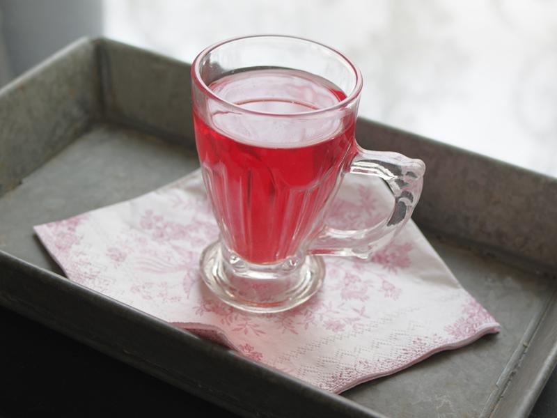 綺麗なピンク色の紅茶。このトレイ、ナプキンとの組み合わせが素敵でした。真似してみたい!