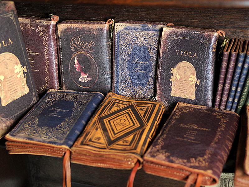 本革に古書を転写してエイジド加工を施したYodaHidemi財布、カードケース。実際に手に取ると手にしっくりと馴染みます。